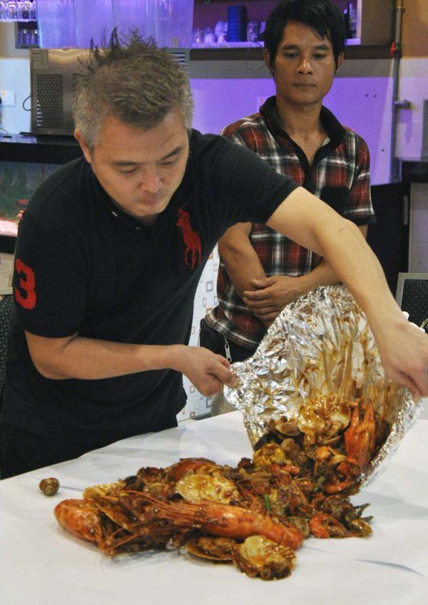 33 seafood steamboat restaurant bandar puteri puchong pouring