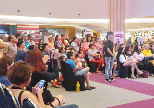 hot mama contest finale klang parade crowd