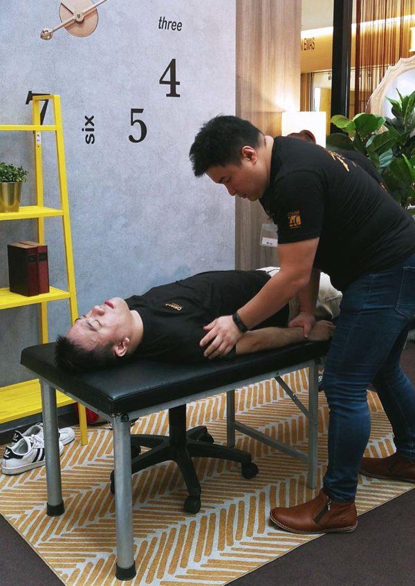 osim ulove 2 four hands massage chair masseuse