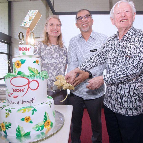 boh sungei palas tea centre cameron highland cutting cake